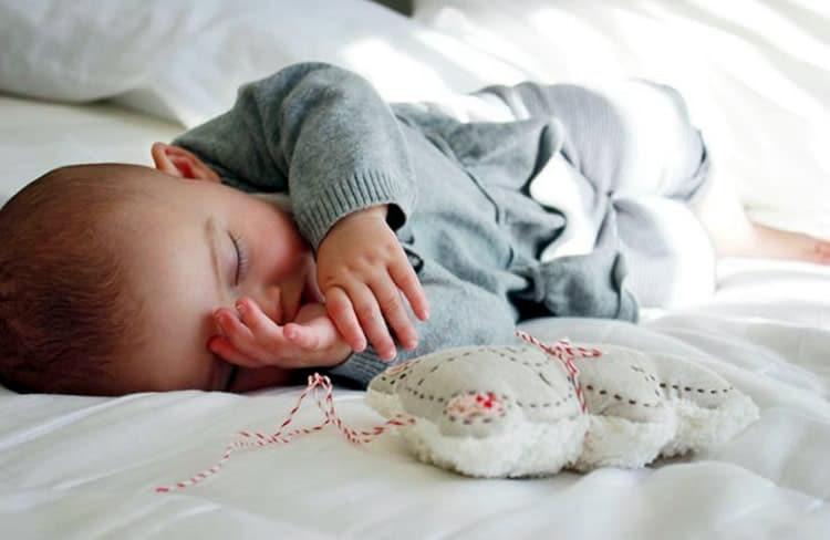 При этом, если поведение малыша вас не беспокоит, у него хороший аппетит, регулярный стул и нет повышения температуры тела, то пусть спит столько, сколько хочет.