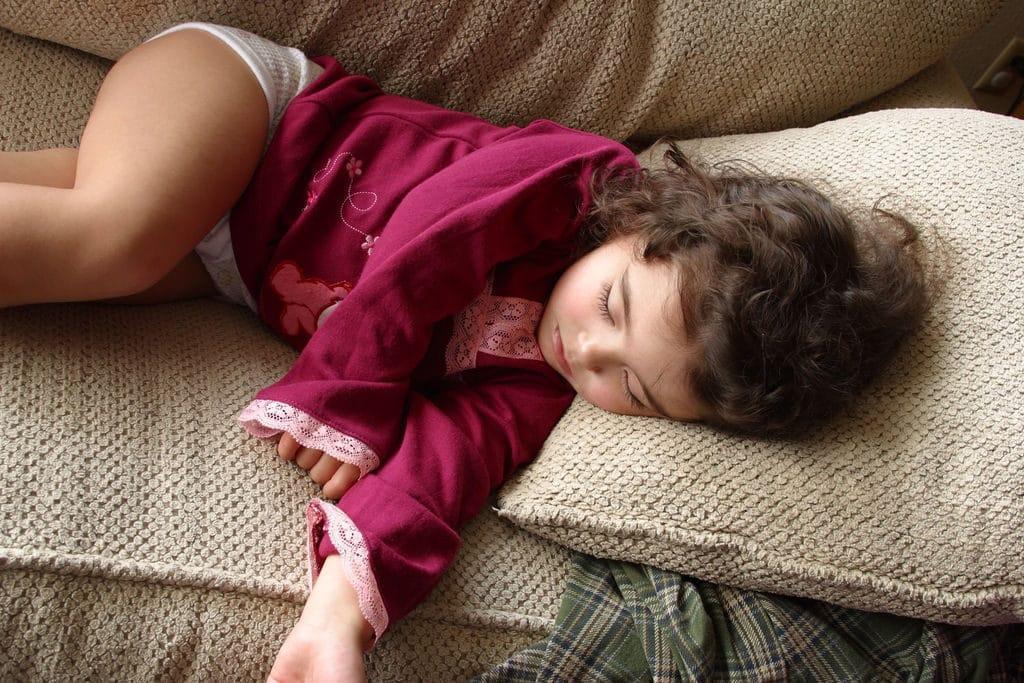 Причины вздрагивания во сне у детей